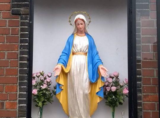 Het Maria-beeld is gerestaureerd en staat terug in de kapel aan de Moerput ! Dank aan de kerkfabriek en de vrijwilligers om dit in eer te houden ! Ook dit is #wervik #geluwe #preuslik89fjirtig